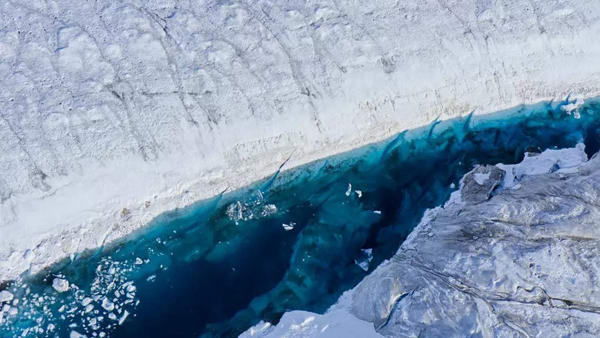 Гигантский кусок льда откололся от Гренландии: фото
