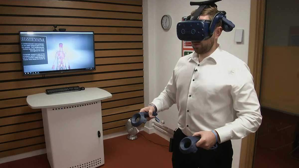 Британці використовують VR-окуляри на заняттях з анатомії: відео