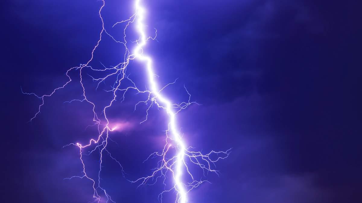 Вчені навчилися управляти траєкторією блискавки