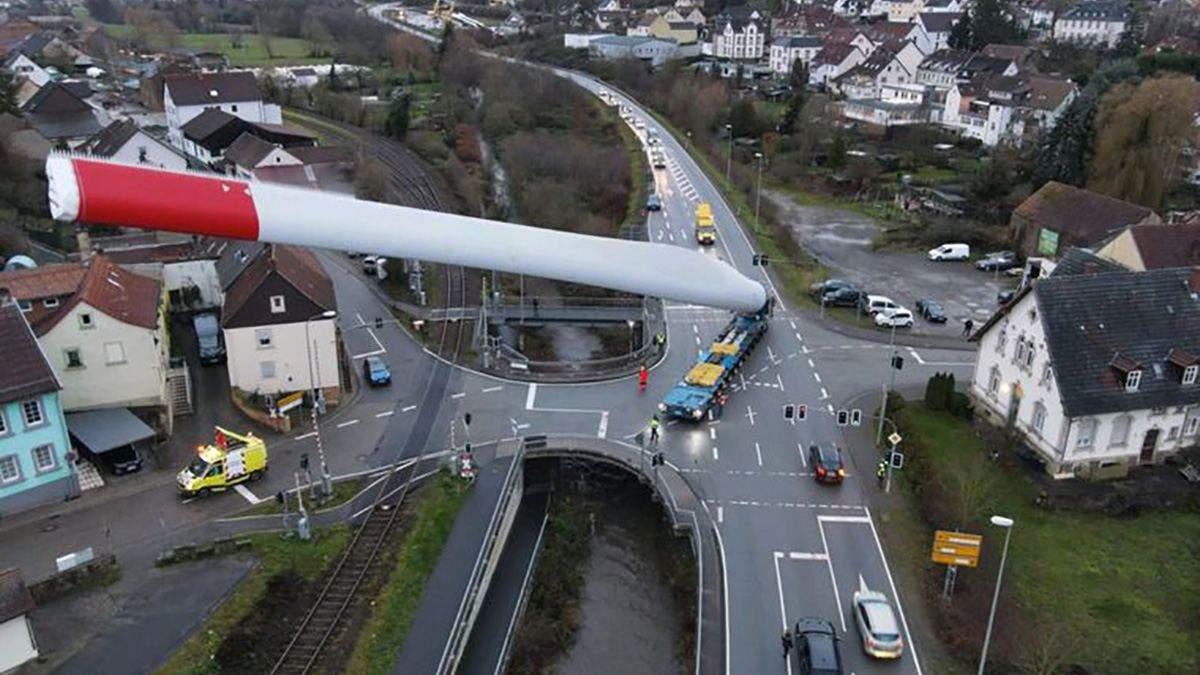 Вантажівка перевозить 67-метрову деталь вітрогенератора: вражаючі фото