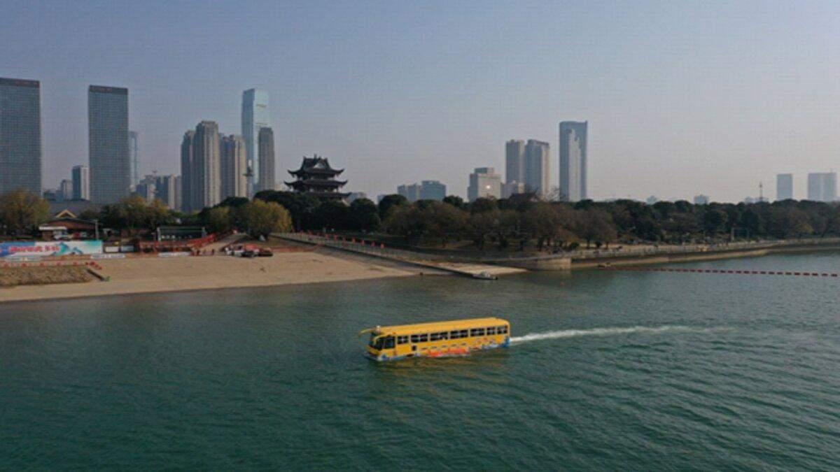У Китаї з'явився унікальний автобус-амфібія