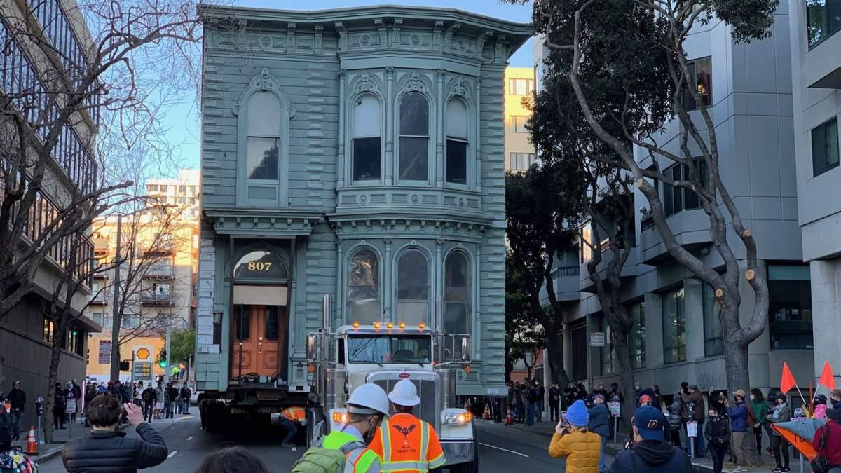 В США 2-этажный дом перевезли на новый адрес: фото, видео
