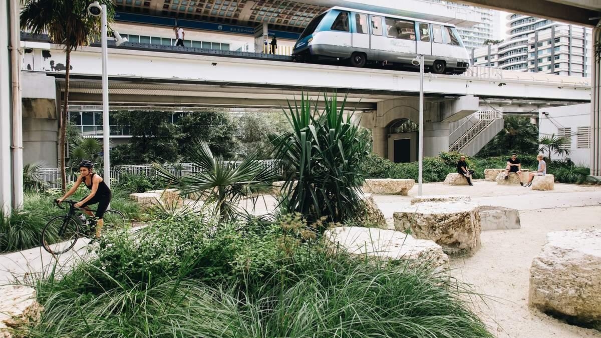 В Майами в США открыли линейный парк под линией метро: фото