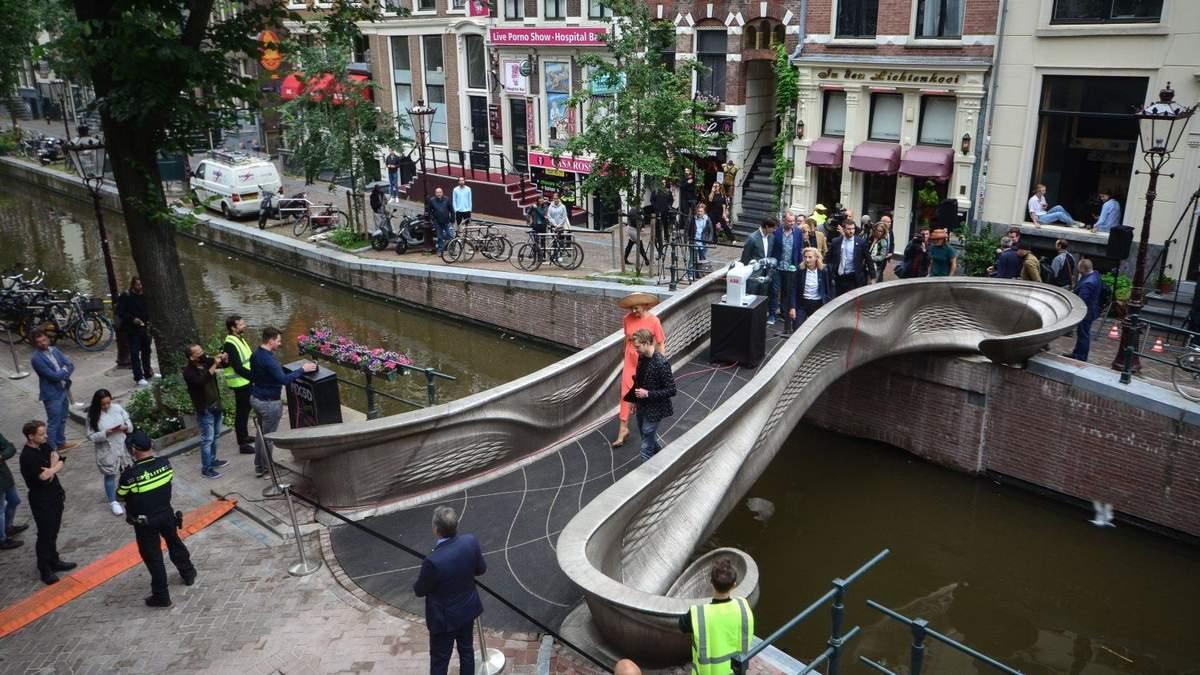В Амстердамі відкрили сталевий міст, надрукований на 3D-принтері
