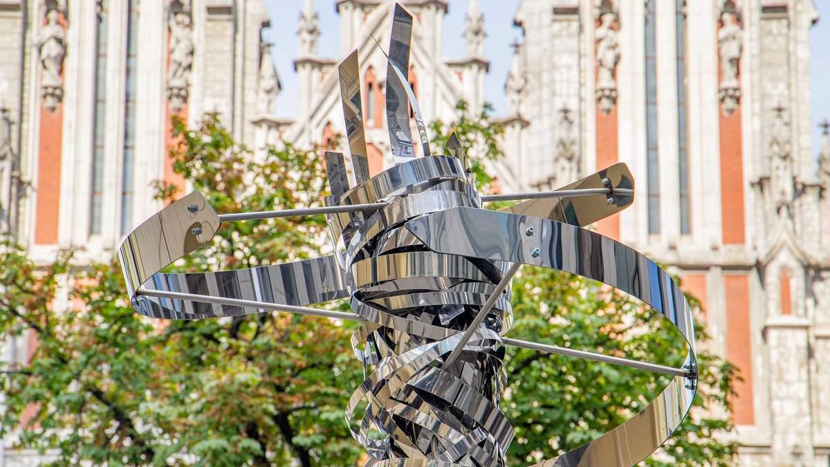 В Киеве появилась скульптура ДНК-молекулы: подарила Италия – фото