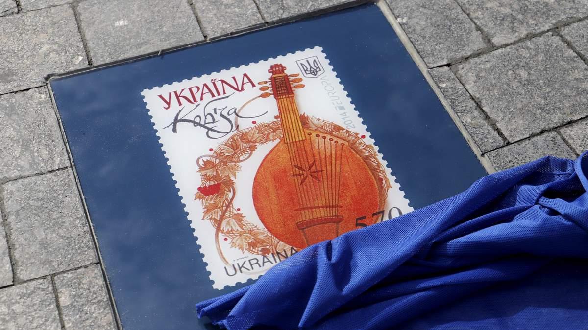 У Києві відкрили Алею поштових марок: яскраві фото - Інновації