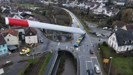 Грузовик перевез 67-метровую деталь ветрогенератора: впечатляющие фото