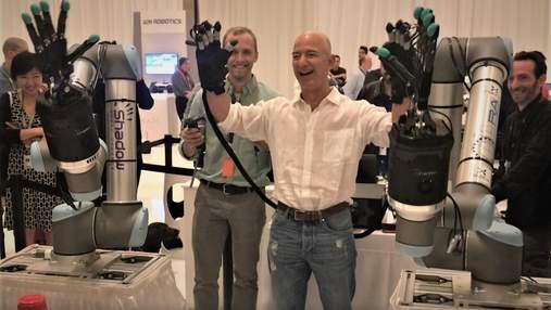Як суперзлодій: мільярдер Джефф Безос випробував механізовані руки – відео підірвало мережу