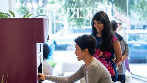 Мастер маникюра: в магазине в США появился робот, который красит ногти – видео