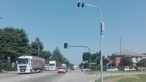 """Штрафуватимуть на місці: в Італії встановили """"розумні"""" світлофори, які фіксують порушення"""