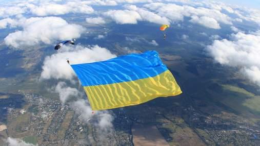 Над Киевом развернули гигантский флаг Украины: зафиксирован рекорд